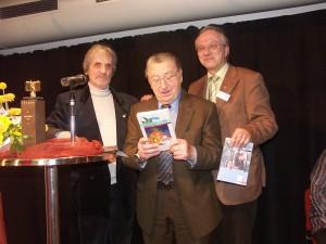 v.l.n.r.: Autor Willi Weglehner, der Vorsitzende der Israelitischen Kultusgemeinde Nürnberg Arno Hamburger und Verleger Martin Backhouse